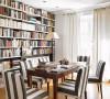 这面大书墙对于爱读书的人来说简直是天堂吧,中式的长条桌搭配色黑白色调的西式椅子,完全没有突兀的感觉。