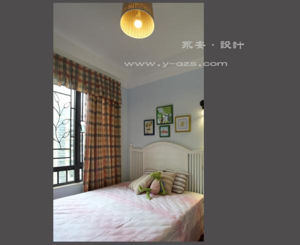 男孩房,床头的墙用的是天蓝色,再加上几幅童趣的挂画,显得几分活泼生动。而床的对面挂着是兼顾实用性与装饰作用的舵与浆,父母希望孩子长大后,更具进取拼搏的精神。