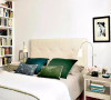 相对来说,卧室的西式风味更加浓郁一些,但仍可以从一些小细节,比如床头的剪纸装饰画及冰裂纹瓷碗看出中国风的影子。