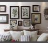 沙发背景图,古董白的沙发,随意涂鸦的花鸟图案挂画是美式乡村风格的主流特色