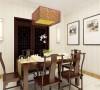 餐厅没有做过多的造型,简单的桌椅搭配,餐厅和客厅相呼应又不重复,餐桌放在中间,虽然空间受限但业主仍可以请亲朋好友来家中聚会。