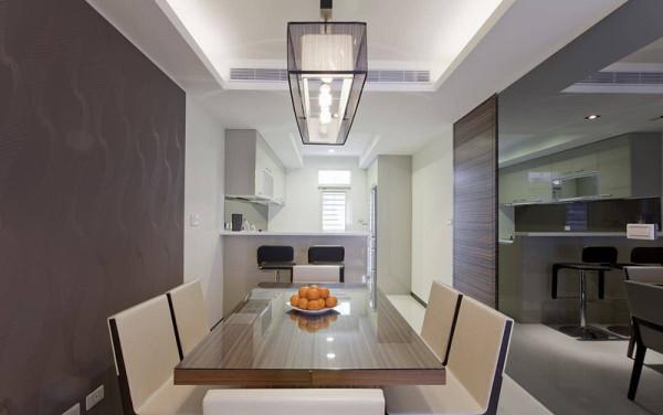 深色壁纸与黑镜对望,相呼应的色彩暗示餐厅的分界,也放大狭长型的餐厨空间感。