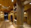 在空间造型上,天花,墙面,地坪均以整齐流畅的木质线条凸显空间的时尚感,最终为大家呈现出一个有趣而时尚的销售空间。空间被设计成一个盒子载体,四方体盒子不断的变化切分出各个不同的销售与陈设区。