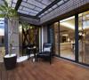 透过采光罩与木地板的精心铺陈,营造惬意乐活的居所情调。