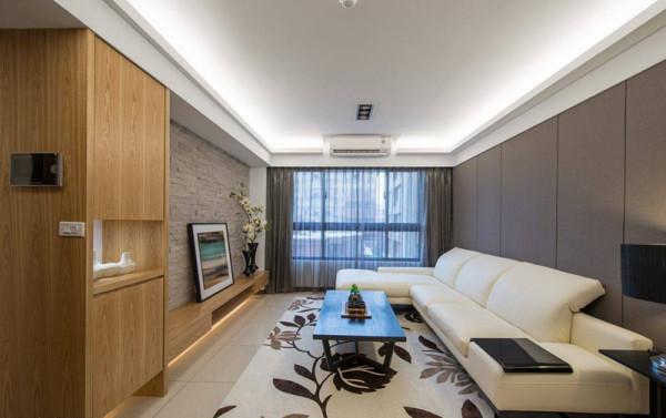 舒适宽敞的白色沙发、花草造型的地毯,简约清爽的氛围十分纾压。