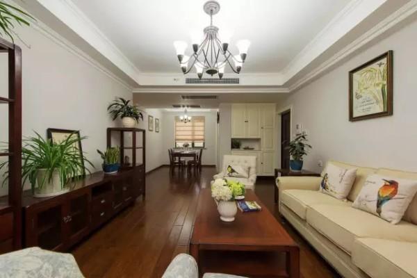设计师使用空间减法,合理布置家具,减少空间棱角,使生活动线简洁流畅。