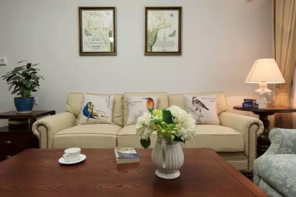 所用的布艺、实木家具,造型简约沉稳,更加体现出整洁、舒适的生活规则。