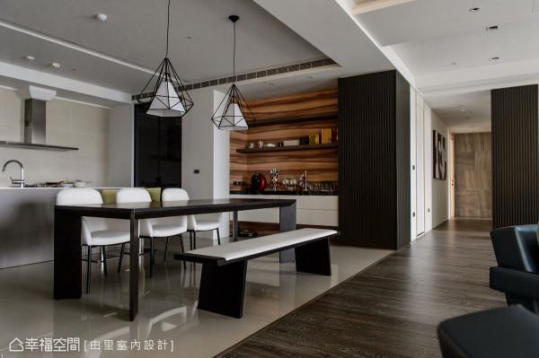 由里室内设计利用中岛的设置形成轻食区机能,结合开放式的格局,串联起餐厅的动线。