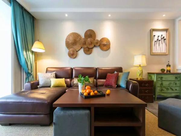 正面的沙发背景,设计师精心挑选的具备自然气息的装饰圆盘,兼具古朴材质及现代的造型特质。绿色复古低柜、蓝色棉麻窗帘、黄色台灯,色调协调舒服。