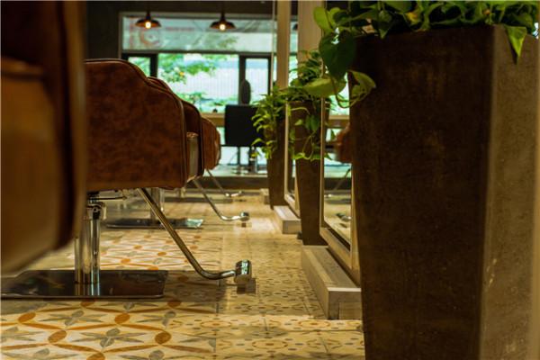 空间的布置和装饰,都尽可能呈现自然随性的感觉,让到店的人能自在。