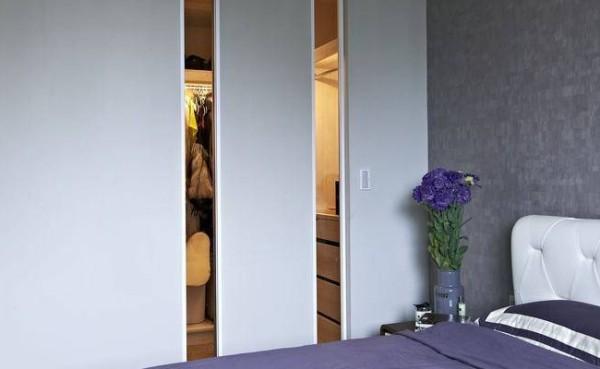 更衣室的白色门片则缀以灰玻引光穿透,以视野放大空间。