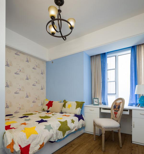儿童房也是以淡色为主 写字台布置在窗户的位置  恰当好处