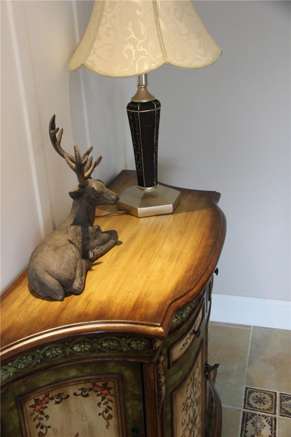 做旧风格搭配随处可见的储物柜,将美观和功能性相结合,也诠释了另类的古典美。