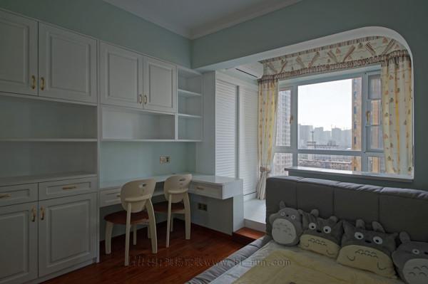 次卧榻榻米兼储物柜,还配备了书桌及衣柜等,让小孩的学习和生活空间非常灵动,腾出了一个大的活动空间。