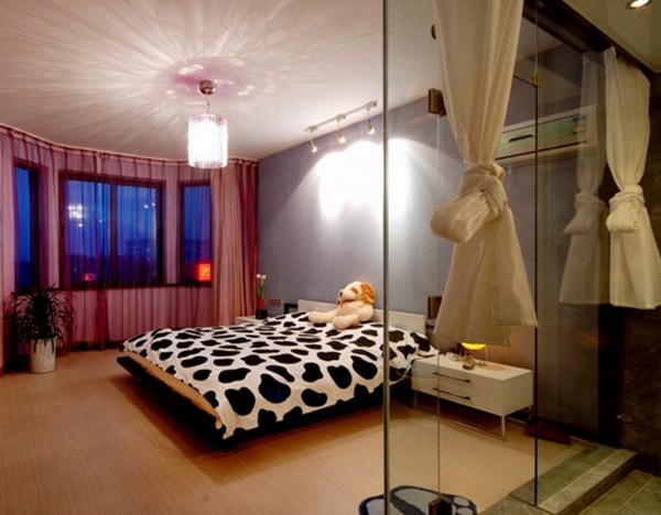 10  顶上迷幻的光影让空旷简洁的卧室不在单调