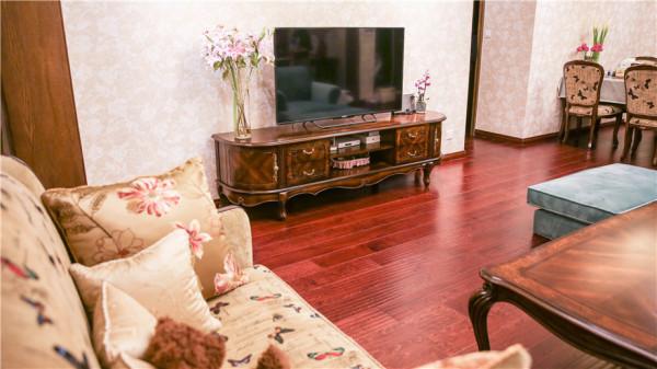 电视柜 在整体搭配方面,设计师进行整体把控。从沙发、茶几的选择,到定制衣柜、鞋柜和书柜款式选择,灯饰、窗帘的选购,无一不是设计师根据整体风格进行设计的结果。