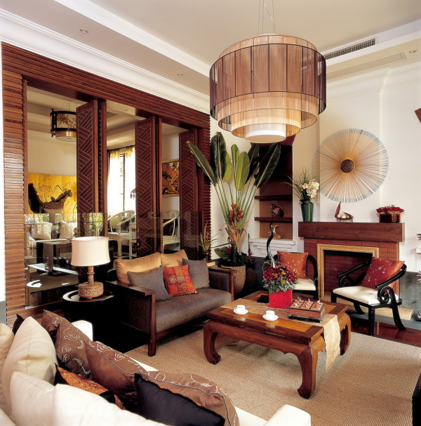 主客厅里,一张有束腰马蹄足鼓腿彭牙炕桌当中摆放,温厚清雅。侧畔新中式坐具采用了罗汉床的样式,而表面则覆以软包,在古典形制与现代舒适之间作了折衷。
