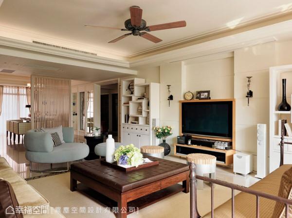 整体空间运用订制家具与材质的巧妙混搭,每个角度都能见其丰富性与精湛工艺丰富又活泼的橱柜设计,提供业主放置旅行带回的精致收藏。