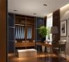 板式家具与沙发的组合,从材质到色彩具有强烈的港式风情。