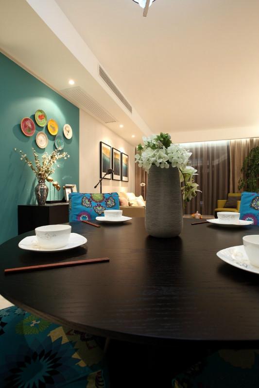 这套案例是现代简约混搭北欧风,格调童趣,几件黄色家具、灯具以及装饰画等亮点,不仅为整个客厅带来俏皮轻松的感觉,亮丽的颜色也让人心情愉悦。