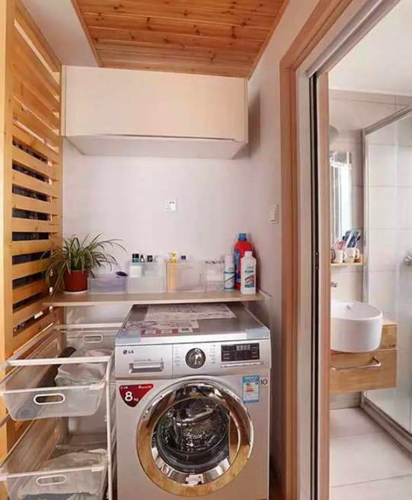 用杉木板做了吊顶,可以通过抽拉篮、隔板、吊柜来分类收纳。卫生间选用壁挂式浴室柜,为了避免后期看见下水弯管,需要水电阶段墙体预埋下水管。