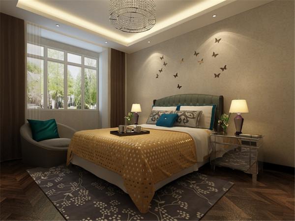 卧室采用深色的木质地板,让每个踏进这间卧室的人,都能感受到它所带来的沉稳和踏实。床头柜选择了镜面材质,有放大空间的作用。墙上蝴蝶造型的饰品,可以给人以温馨、舒适、贴近大自然的亲切感。