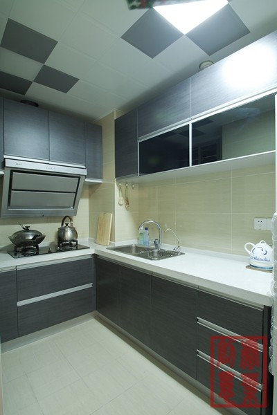 将厨房、卫生间的结构改变后,其利用率都随之而增大,而结合开放商已做好的砖包水管的厚度,可做一个转角橱柜,使厨房的利用率再一次增加,并且让厨房和卫生间都更加规整。