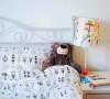 白色的铁艺床,时尚简洁,屋主在卧室里面放的家具并不多,保证了空间的通透性。