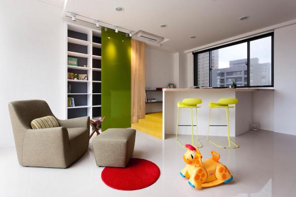 工作室结合地面架高的游戏区,让男屋主作业的时候,也可以同步留意可小朋友的任何动向。