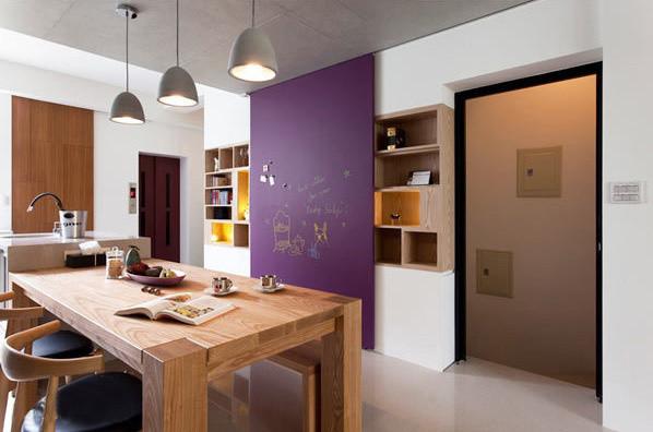 黑板漆的拉门设计,整合多元的功能性,不但可以巧妙隐藏电箱