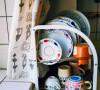 沥水架上放的都是平时使用率最高的北欧餐具。色彩绚丽,造型独特的餐具,还能起到装饰的作用。