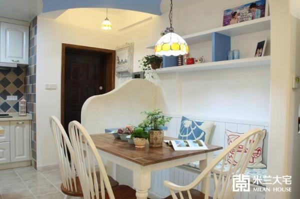 上方左面是敞开式厨房,右面是进门的半高造型隔断。