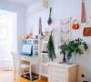 工作室是一间朝南的房间,用衫木板铺了一面墙,屋主随意挂了些装饰品,但没有摆满东西,更没有放厚重的家具,避免会觉得压抑和局促,全白容易显得生冷,摆放了些绿植之后,这个屋子充满了生机。