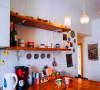 转角吧台起到了区分空间的作用,既可以在这里用餐,也可以坐在这里与朋友闲聊。