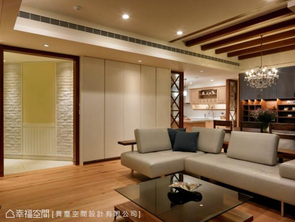因应建物的特殊格局,入门以斜角的动线转入室内,并在玄关壁面与地坪上使用异材质与客厅划分。