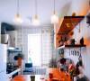 在这个空间,屋主将三个不同功能的区间融合在一起,料理、做饭、会客在这个小小的空间里面通通实现。