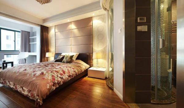 床边的一组靠墙书桌和书柜,合理利用空间。
