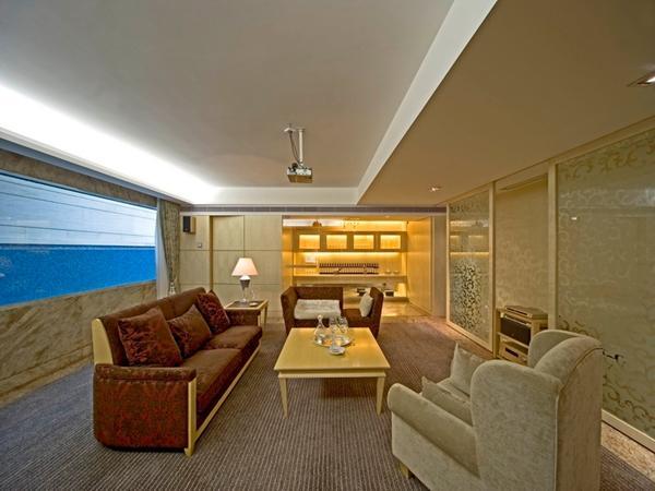 欧式装修中的花纹,欧式家具的流线形态,总给人一种说不出的浪漫感觉。而且,暖色调为主的欧式风格装修,总会在无形之中渗透出一种优雅温馨的味道