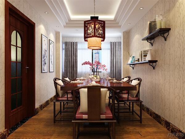 餐厅区域的设计是,原木质吊顶加吊灯,餐桌采用的是中式风格的深色系桌面上配搭花瓶是空间不再沉闷,墙面上配搭的是艺术小摆架,让空间更富有生趣,餐厅区域放置了国画挂画装饰,营造了一种古香古色之感。