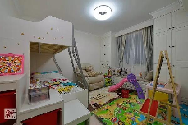 儿童房飘窗两侧做了收纳柜,同时双层的儿童床也增加了收纳,没有多余的家具,给孩子足够的空间玩耍。