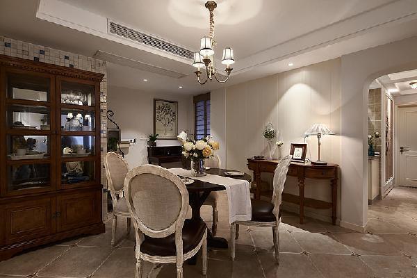 美式风格中不可或缺的红酒柜,在餐厅中表现温暖的用餐情境。