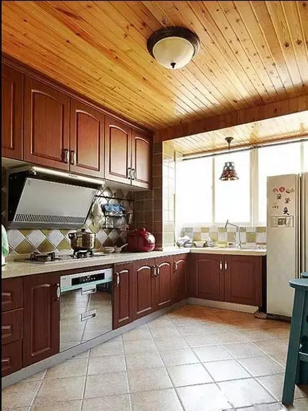 厨房是开放式的所以看起来有点大,采光依然很好,砖砌的整体橱柜、和木质吊顶女主很喜欢,右边是个休闲的小吧台。