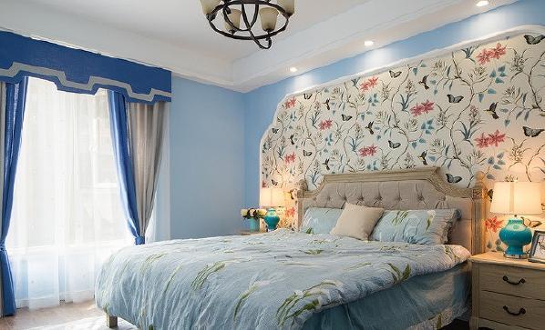 床头背景的花鸟壁纸是女主人最青睐的地方,温柔善意,坠人停泊。
