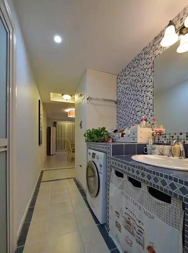瓷砖选用了马赛克和拼贴两种方式,活跃气氛。与白色的卫浴柜相搭,显出一种干净清爽的感觉。