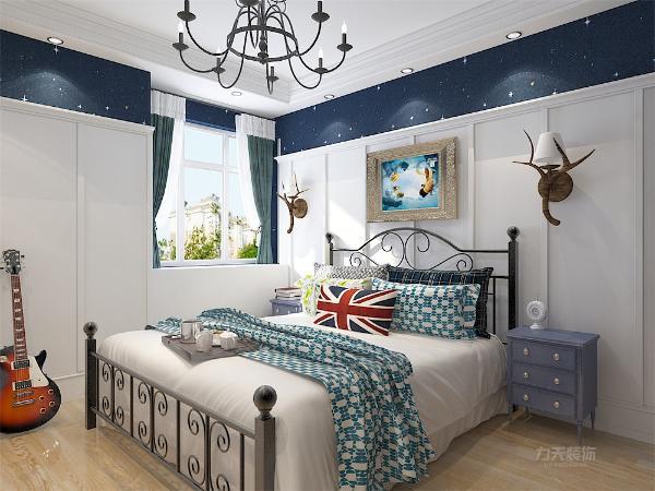 地面使用浅色的地板,色彩上更加有何舒适,使卧室更适合休息。