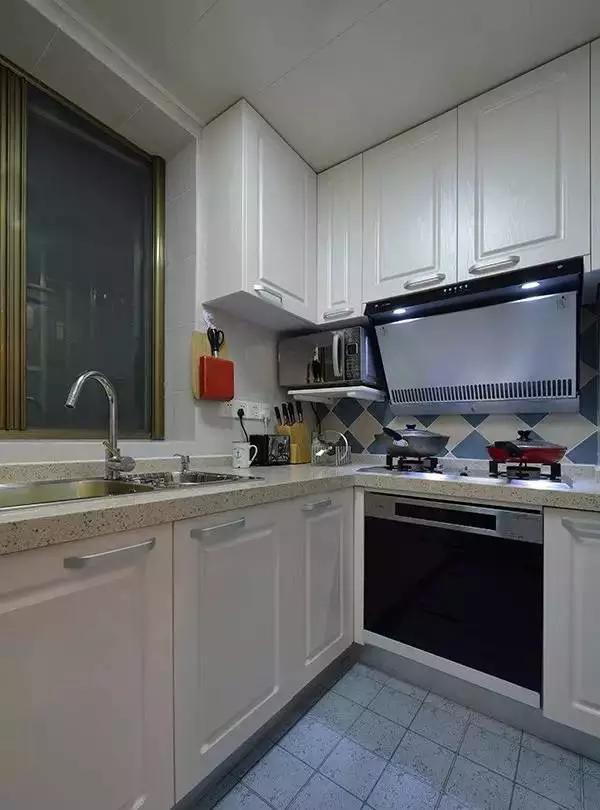 厨房虽小,五脏俱全,蓝白相间的瓷砖将地中海风情凸显到极致。