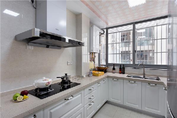 厨房干净明亮,白色的橱柜魅力加分!