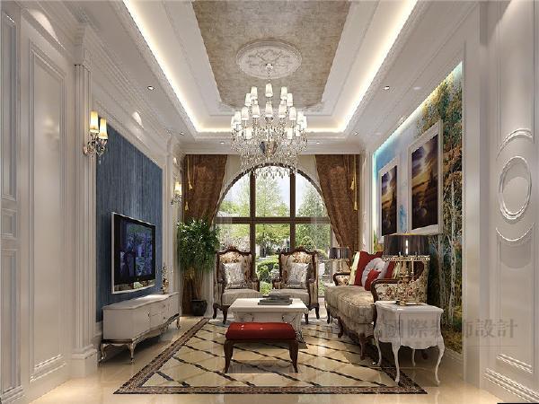 地面大理石拼铺,深色木质扶手的家具,挑空的层高,欧式的壁炉和欧式木镜配上新莎安娜大理石的线条,整个客厅空间就营造出一种沉稳大气的氛围。