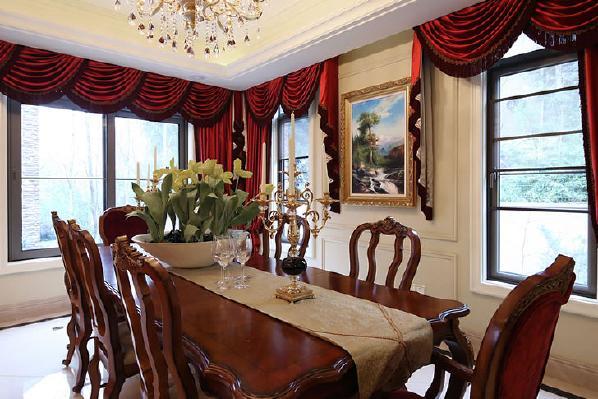 浪漫的罗马帘,精美的油画,制作精良的雕塑工艺品衬托主人的低调奢华。