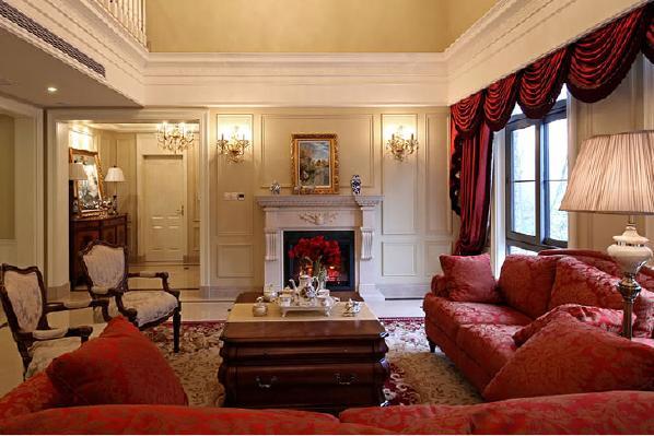 壁炉自然不可或缺,它被安置在空间结构的交汇处,与一幅色彩鲜艳的油画相呼应,给敞开式的客厅提供了一个视觉中心。